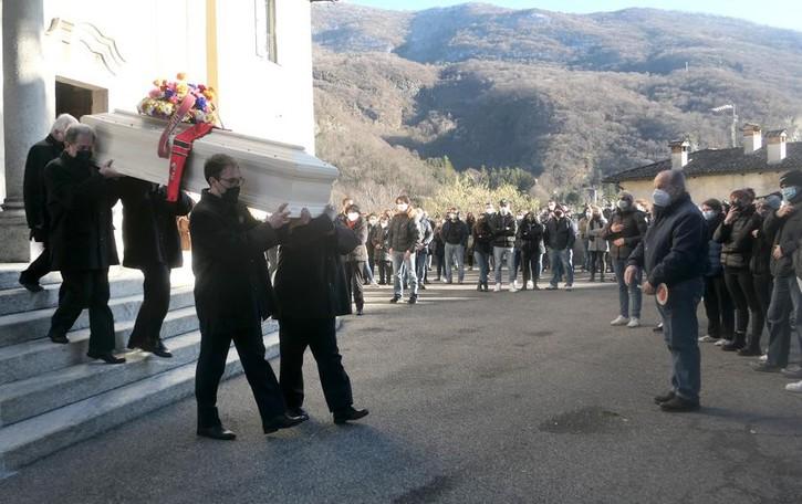 Valbrona, in 500 all'addio a Mattia  «Vive negli occhi del piccolo Diego»