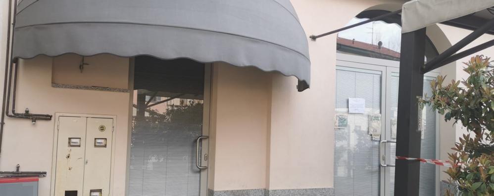 Due bar aperti scoperti dai carabinieri  E 30 clienti fuggono per evitare la multa