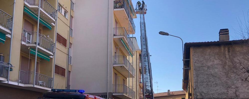 Resta bloccata sul terrazzo  Anziana salvata dai pompieri