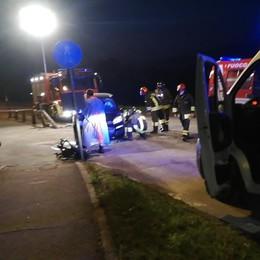 Scontro frontale durante un sorpasso  Auto semidistrutte, ferite tre persone