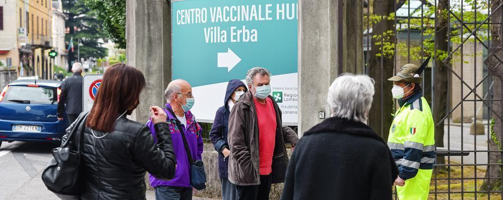 La prima domenica di vaccini vista lago  AstraZeneca? «Il virus va sconfitto»