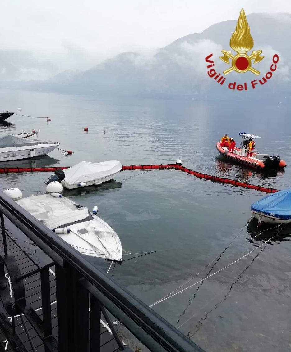 Lenno - Imbarcazione affondata e sversamento gasolio nel lago contenuto dai vigili del fuoco