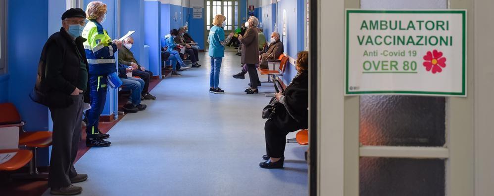 Over 80 ancora senza appuntamento  Via libera ai vaccini solo a Erba e Lurate