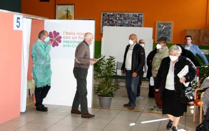 Valle Intelvi, aperto l'hub di San Fedele  Valentino, 98 anni: «Vaccinatevi»