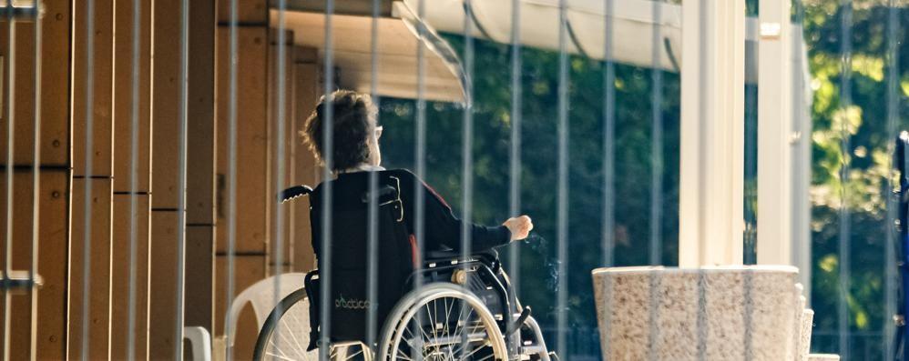 Anziani ancora soli nelle case di riposo  L'appello dei parenti: «Basta, riapritele»