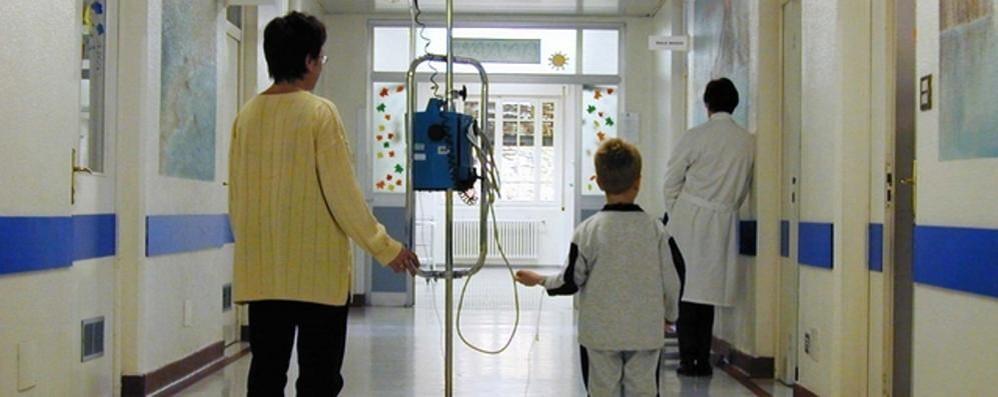 Bimbi con la febbre  e genitori in allarme  «Ma non è il Covid»