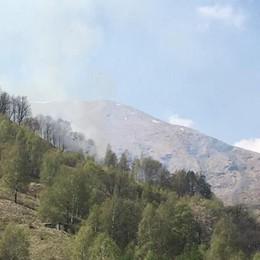 Bosco in fiamme a Garzeno  Mobilitati i pompieri di Dongo