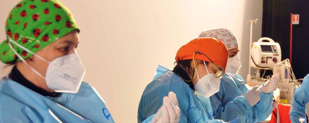 Como, 3 morti e 77 contagi  In Lombardia i ricoveri  ai livelli di sette mesi fa