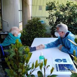 Erba, mano nella mano dopo 15 mesi  Padre e figlio commossi a Ca' Prina