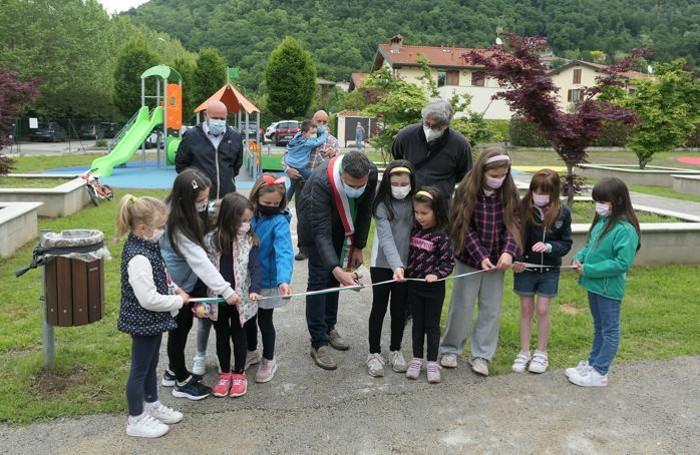 L'inaugurazione con il sindaco Alessandro Spinelli, padre Giovanni Giovenzana e i bambini