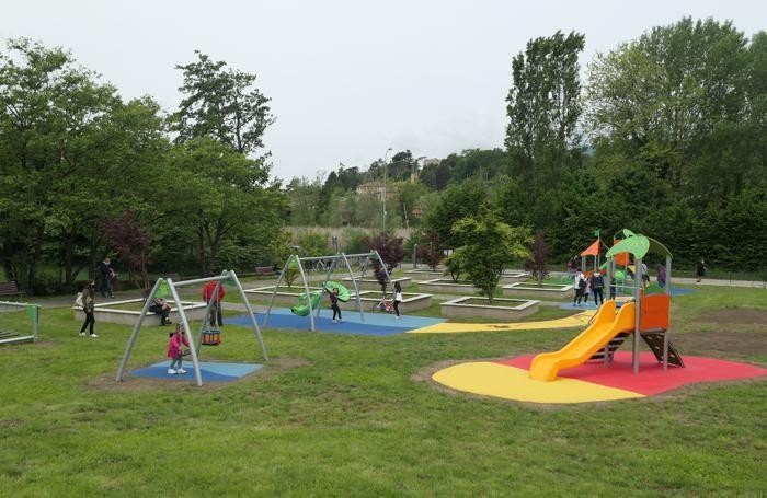 Una panoramica del parco a ridosso del Segrino allestito con  i giochi inclusivi