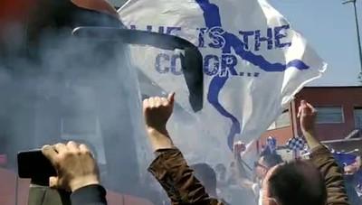 Il saluto dei tifosi ai calciatori del Como