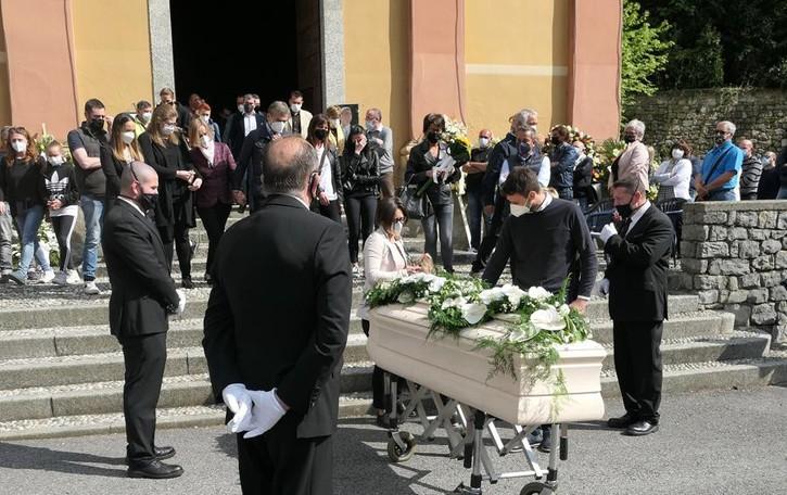 Longone, in 300 all'addio a Fabrizio  Applausi e lacrime sul sagrato