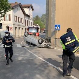 Pusiano, auto si ribalta  Paura davanti alla chiesa
