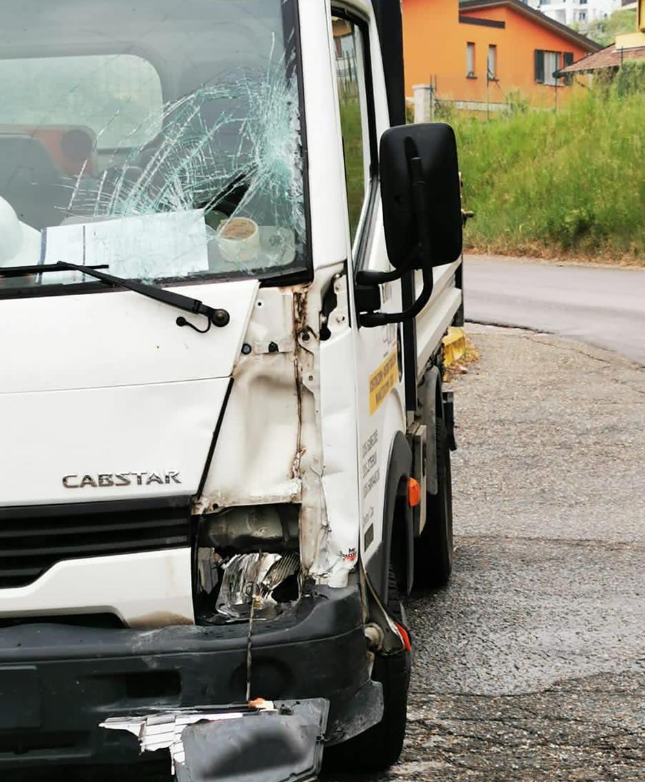 I segni dell'impatto con il camioncino