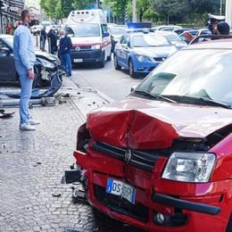 Scontro frontale in viale Lecco  E l'auto finisce in un negozio