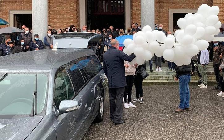Sharon, rose e palloncini bianchi  «Il nostro non sarà mai un addio»
