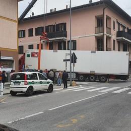Tir si incastra all'incrocio  A Cassina traffico in tilt