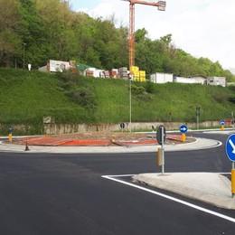 Aperta la nuova rotatoria a Casnate  «L'incrocio di via Pitagora è più sicuro»