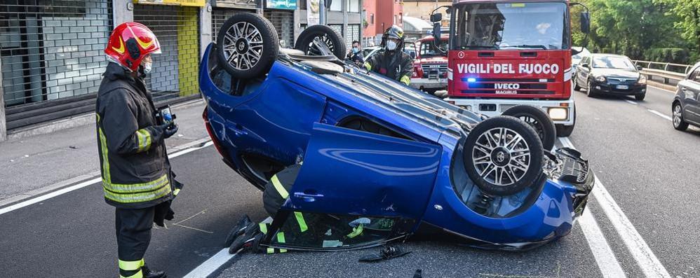 Auto ribaltata in via Napoleona Chiusa una corsia, traffico a rilento