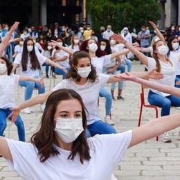 Cento giovani ballerini in piazza  «Un anno fermi, fateci ripartire»