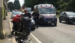 Moto tampona un'auto  sulla Varesina a Villa Guardia