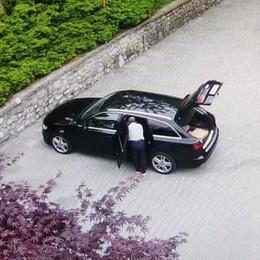 Pusiano, pulisce l'auto al cimitero  Rischia una multa di 50 euro
