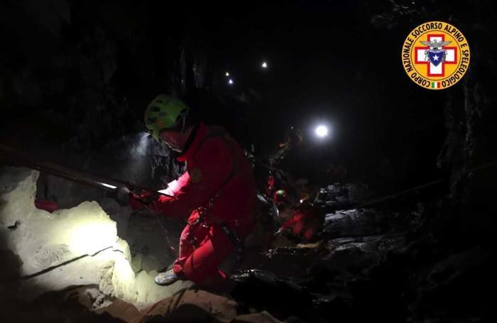 Il recupero della barella durante l'esercitazione in grotta