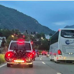 Turisti stranieri  in coda a Brogeda  «Aprite i valichi»