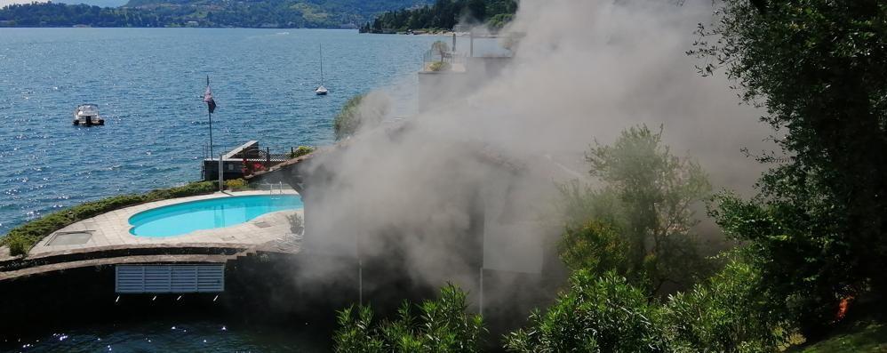 A fuoco la darsena  Pompieri a Menaggio