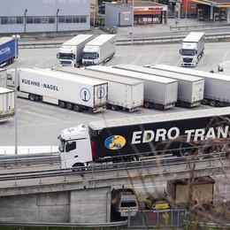 A9 invasa dai Tir diretti in Svizzera  Tutto bloccato da Lomazzo al confine