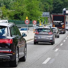 A9 chiusa: ha ceduto l'asfalto  E su Borgovico nuovo scontro