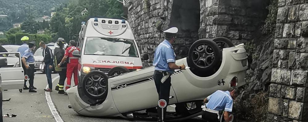 Auto ribaltata a Villa Flori Strada chiusa, tre feriti
