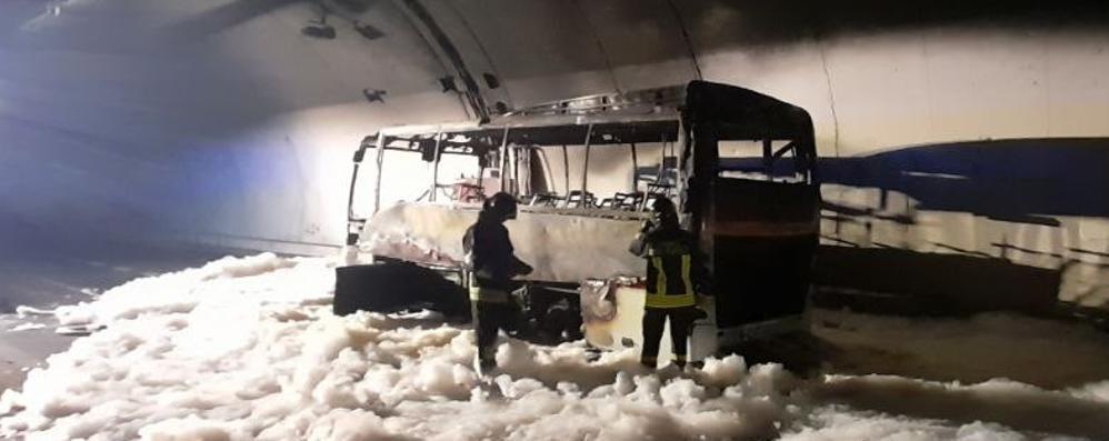 Brucia un bus sulla Super a Lierna  Paura per 25 bambini di Lipomo
