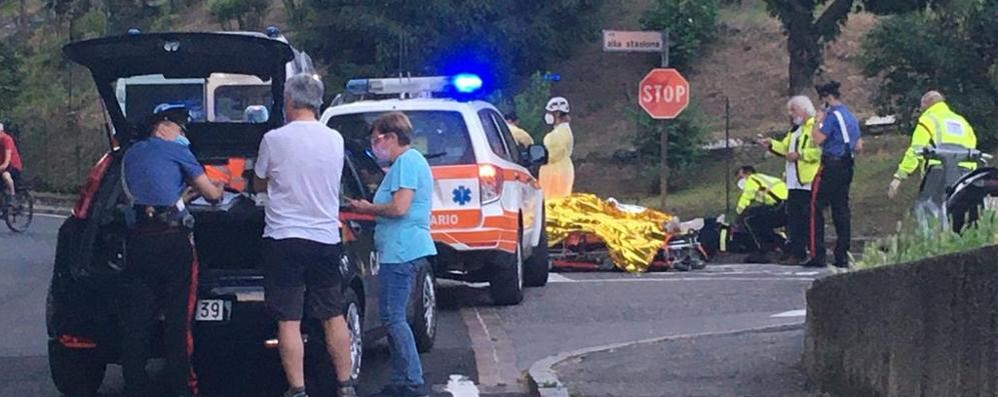 Carimate, cade dal motorino  Inutili i soccorsi: morto