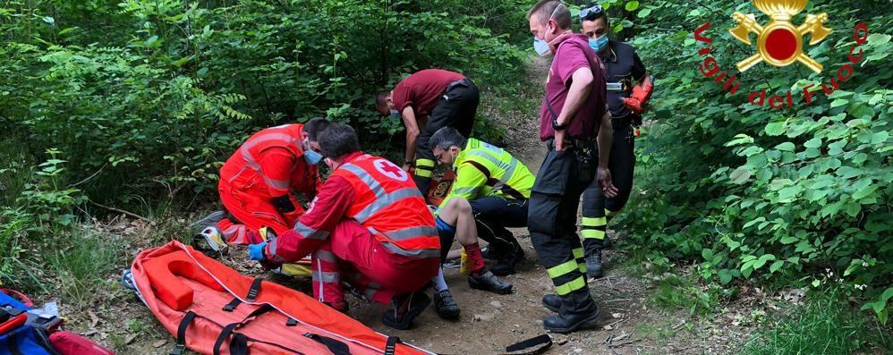 Ciclista si ferisce nei boschi  Soccorso dai vigili del fuoco