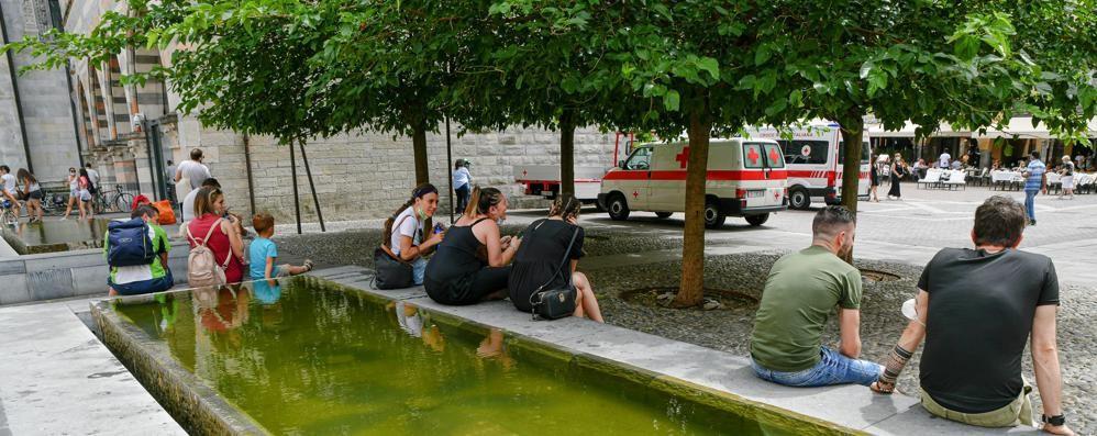 Como, che figuraccia  Acqua putrida  nelle fontane del centro