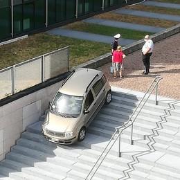 Erba, auto giù dalla scalinata È la terza volta in via Battisti