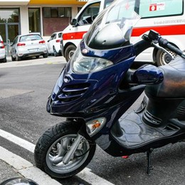 Giù da Brunate in moto con i freni rotti  Li sorpassa e li blocca con l'auto: salvi