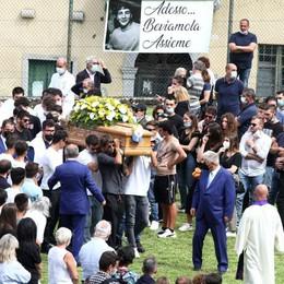 Grandola, in 400 per Mattia  L'addio e le lacrime di don Aldo