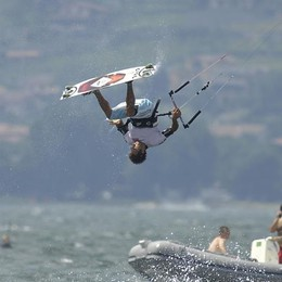 Kitesurf e bagnanti insieme sul lago  «Convivenza difficile, ma è possibile»
