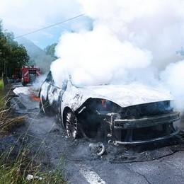 Lanzo, auto in fiamme al valico  Paura per coniugi di Como