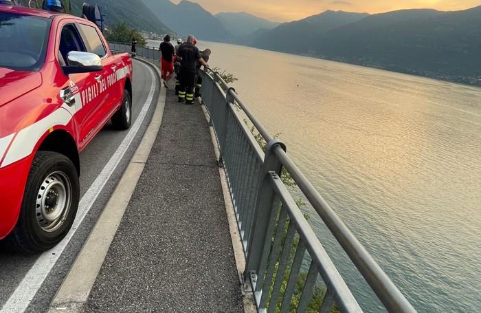 I vigili del fuoco ispezionano la parete tra Lariana e lago