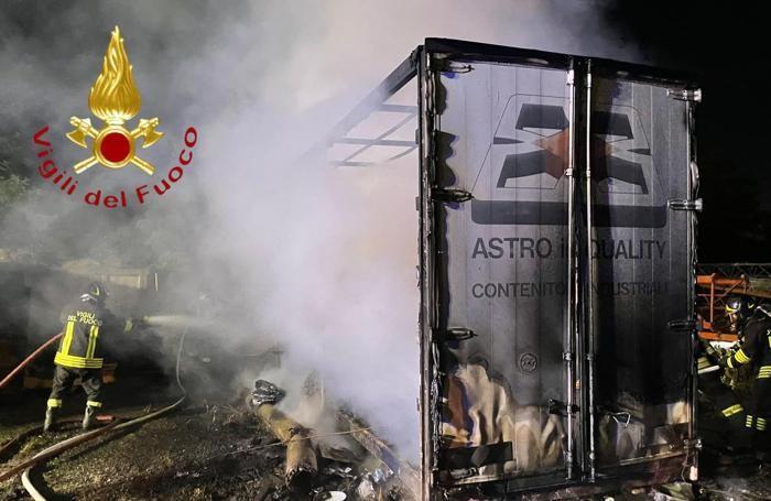 Incendio Mariano Comense in un'azienda agricola di via per Novedrate