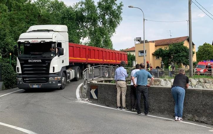 """Merone, Tir incastrato sul ponticello  Ci pensano i pompieri a """"liberarlo"""""""