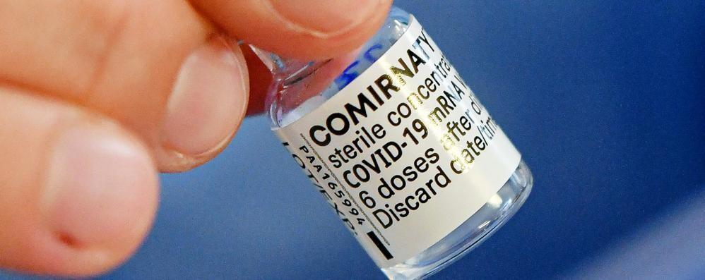 Pfizer, scarseggiano le dosi di vaccino  L'ipotesi: il richiamo si fa con Moderna