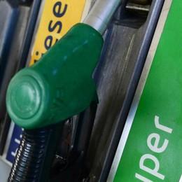 Prezzo della benzina alle stelle in città  Niente carta sconto, a fine mese una app