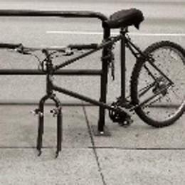 Ruba una ruota della bicicletta  Minorenne rischia la denuncia