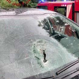 Sasso su un'auto a Lezzeno  Paura per tre ragazze