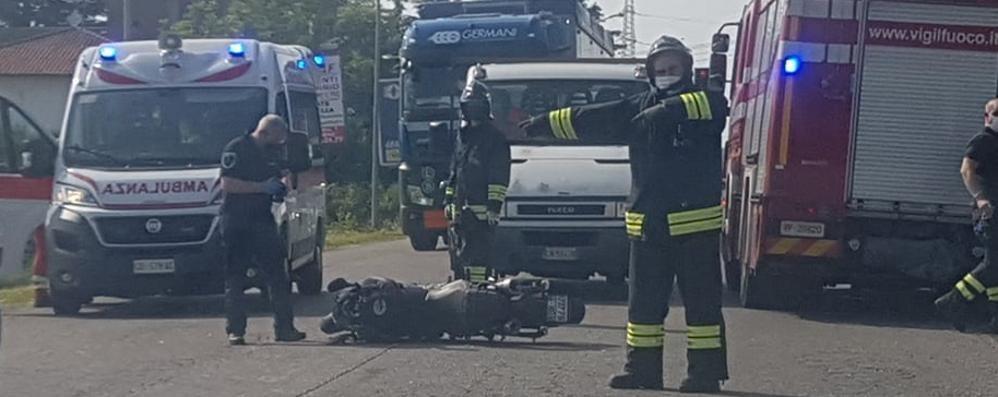 Scontro auto moto in Varesina  Un ferito al pronto soccorso